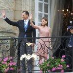 Le roi et la reine saluant la foule sur la place Obradoiro