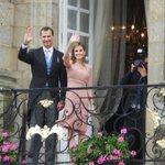 Le roi et la reine qui saluent la foule sur la place Obradoiro