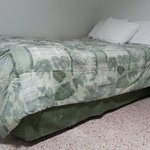 Shabby bed with gross cover - Letto sgangherato con copriletto sporco