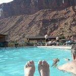 Les pieds dans l'eau face aux falaises
