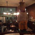 Blick von oben auf die Bar und die unteren Tische
