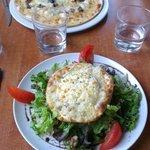 Salade et pizza aux noix et au miel