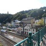 Vanaf de spoorbrug uitzicht op Hotel des Nations, Clervaux