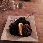 Skøn dessert = Pirate special. Lækker varm chokolade kage, søbet ind i chokolade sauce. Ved side