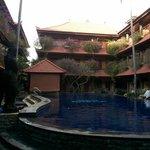 Pool yang dikelilingi kamar