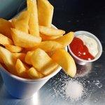 frites épluchées par la patronne