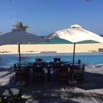 Room service devant la piscine de notre villa