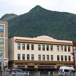 il Gilmor hotel e sullo sfondo il Deer Mountain