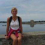 Sylvie devant l'île de St Cado