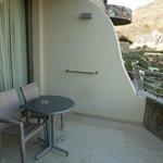 Balkon mit Tisch und 2 Stühle