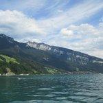 les montagnes bordant le lac