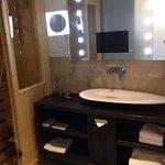 Lavabo, Tv intégrée dans le miroir et sauna