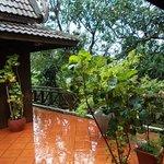 Après la pluie sur la terrasse de la maison khmère