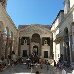 Peristillio di fianco al mausoleo di Diocleziano