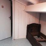 Porta della camera con letto rotto affianco