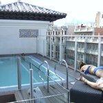 Piscine sur le toit de l'hôtel