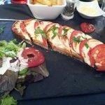 Tartine tomate mozarella accompagné de sa salade