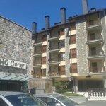 Fachada de Prados, junto al hotel HG