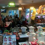 Salon de thé, crêperie et boutique. L'accueil est sympathique