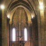 Presbiterio con Cristo crucificado