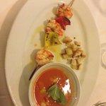 Gaspacho con crostini e spiedino di gamberoni