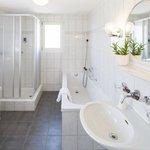 Badezimmer mit Badewanne & Dusche