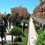 Uitzicht van terras naar prachtige binnentuin