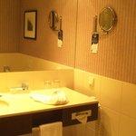 salle de bain très moderne et chaleureuse