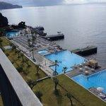 Vu sur les piscines et l'océan depuis le balcon.