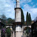 la colonna che accoglie i visitatori
