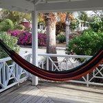 een hangmat op de porche