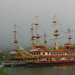 側の海賊船