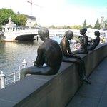 le statue in metallo di fianco al museo DDR