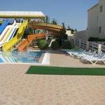 piscine et toboggan pour enfants et grands qui s'adonnent à coeur joie