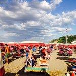 La bella e spaziosa spiaggia riservata agli ospiti dell'Hotel Gabicce
