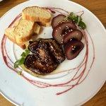 Magret de pato con pera confitada y brioche la combinación en la boca es exquisita el mejor plat