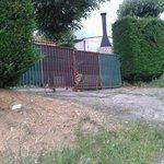 puerta para salir del camping hacia la granja (se abre bajo petición de llave y con entrada a gr