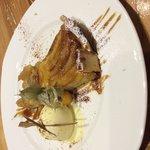 Tarta de manzana con helado de vainilla , canela y crema chantillí