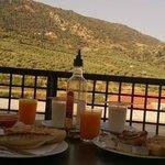 Desayunando en la terracita con vistas