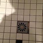 unschöner Badezimmerboden mit leichten Schimmelflecken