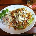 noodles con verdure, gamberi e anacardi