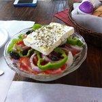 """Horiatiki salata. Con con abbondanza di peperoni e olive tipiche cretesi """"tsakistès"""""""