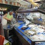 Samen vis uitzoeken op de vismarkt