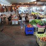 Geweldige locatie, tussen het fruit en de kruidenwinkel in.