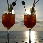 Happy Hour an der Poolbar - jeden Tag zum Sonnenuntergang.