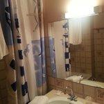 Le rideau de douche et le néon