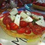 Pane cunzato con pomodorini e mozzarella