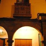 Arcada de entrada al hostal y balcón