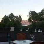 Dejlig udsigt fra terrassen hvor man kan nyde en drink eller 2.