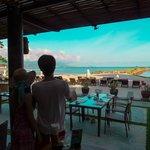 Deva Resort & Spa Koh Samui的早餐的餐廳海灘